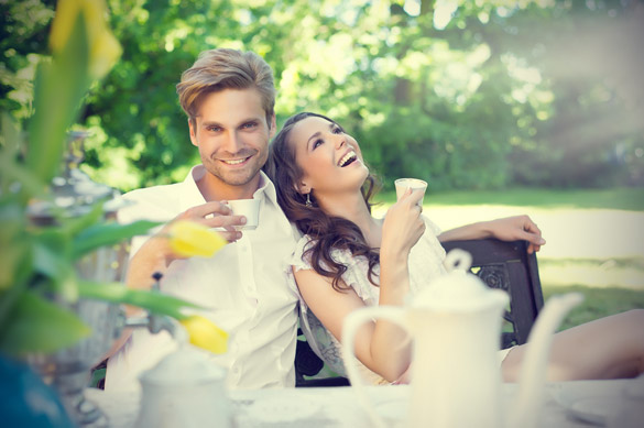 smiling-couple-in-love-drinking-coffee-outdoors